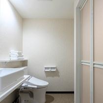 新館ダブル(シャワー・トイレ付):シャワールーム完備。トイレと独立しているので窮屈さがありません。