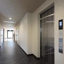新館1階:エントランスの車いす対応スロープからエレベーターまではバリアフリー仕様になっております。