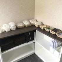 新館アメニティは、エコの為、1階にてセルフ方式にて完備しております。ご利用分をご自由にお使い下さい。