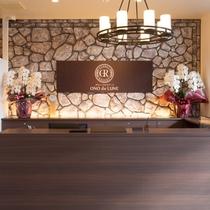 本館フロント:オレンジ系の建物が本館です。新館にお泊りのお客様もチェックインは本館へ。
