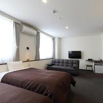 新館トリプル:窓が2面あり明るいお部屋はソファーベッドご利用で最大4名様までご宿泊可能。