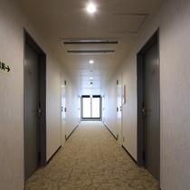 5階フロア:気品溢れる絨毯にラグジュアリー空間広がるお部屋が並ぶ、最上階フロア。