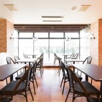 レストラン:当館一階のレストランは、太陽の光差し込み解放感ある明るい店内。