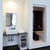 新館トリプル:バス・トイレ・洗面台は独立型。くつろぎタイムも広々バスタブで足を伸ばしてごゆっくり。