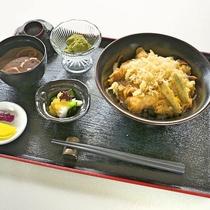 海老天丼セット:おなかいっぱい胸いっぱい。海老天はほおばると幸せに♪スタッフおすすめです。