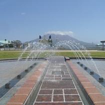 桜島をバックに綺麗な噴水が舞うウォーターフロント 徒歩15分