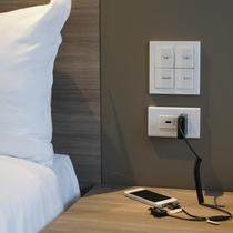 ベッドサイド USBポート&コンセント<<全客室>>