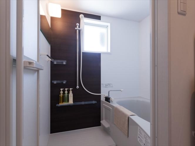 快適なバスルームには明るい窓付き(すりガラス仕様)