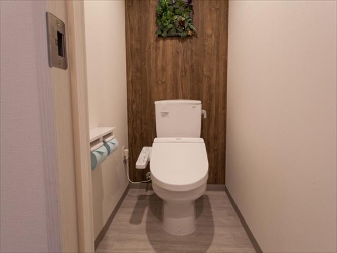 清潔なトイレルーム(独立式で使いやすい仕様)。温水洗浄便座付き。