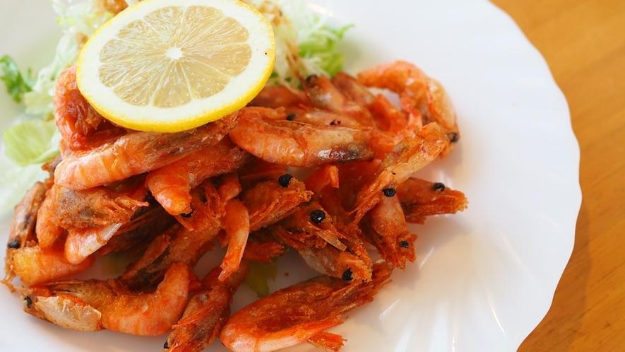 【夕食】かわいくて美味しい小海老のから揚げ。お好みでレモンをかけて♪