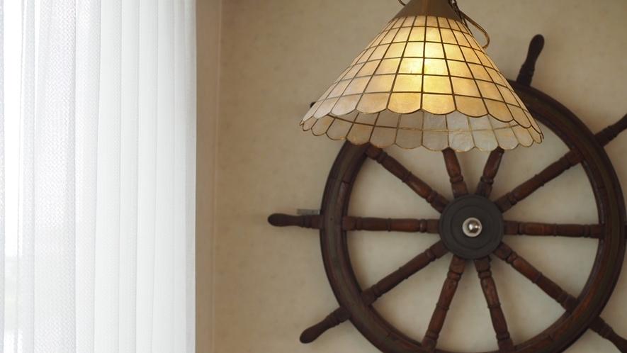 6階レストランは当ホテル憩いの場所のひとつ。船の中のようなインテリアで、まるで船乗りになった気分♪