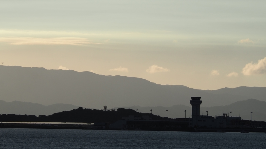 対岸に見えるのは長崎空港。空を眺めていれば飛行機の離発着も見れるかも♪