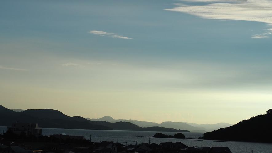 大村湾と、そこに浮かぶ臼島。その奥には山々の雄大さ。長崎の美しさがそこにあります。