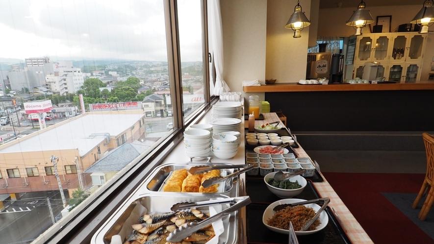 朝食会場の6階レストラン。大村の街並みから、大村湾まで、見渡すことができます。