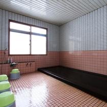 お風呂は男女別の内湯がそれぞれ1ヶ所ずつ。24時間ご利用可能!