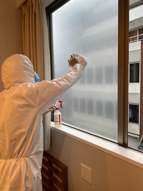 【コロナ対策中】【防護服】【フェイスシールド】【手袋】【マスク】をして消毒作業をしています