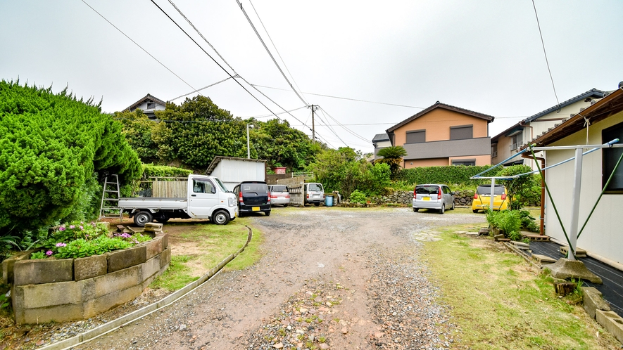 *【屋外施設/駐車場】宿の奥に12台まで駐車可能な無料駐車場がございます