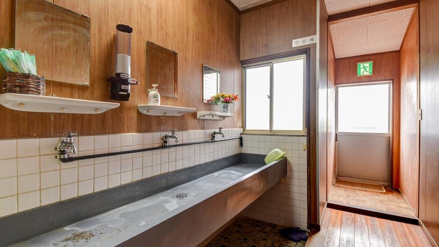 *【洗面所】広々とお使いいただける共同の洗面所です