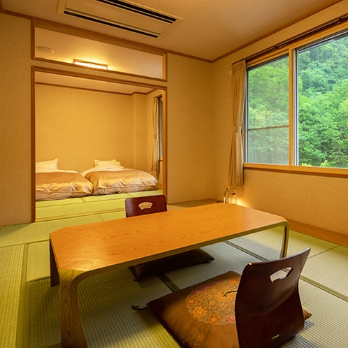 ■和室18畳■ローベットでお布団よりも快適な睡眠を。大きな窓から見える森林に心和みます