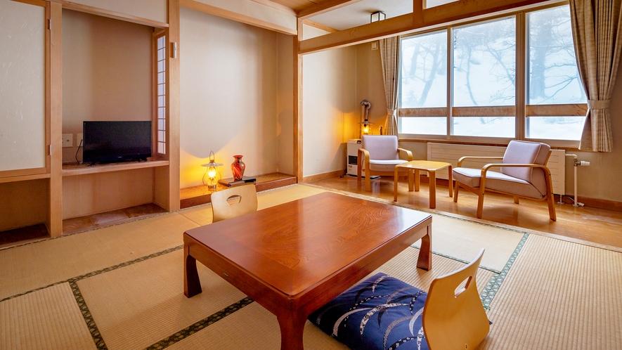 【東館和室】落ち着いた雰囲気のスタンダードなお部屋。夏の木々や冬の雪など自然の景色を楽しめます。
