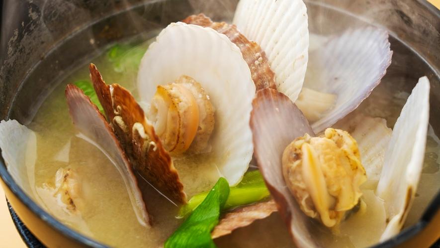 【羅臼産帆立稚貝味噌汁】海の幸たっぷり♪あったかい1杯の中に旨みが詰まった一品。