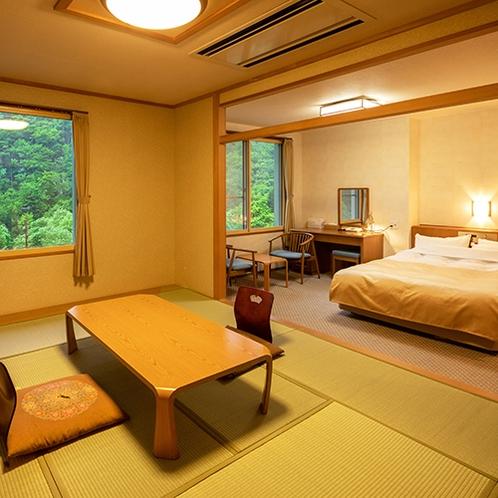■和洋室ダブル■大きなダブルベッドで広々快適。窓際の椅子で外の景色を眺めながらの会話は旅の醍醐味