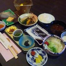 *小鉢、サラダ、焼き魚、ご飯、お味噌汁など旅館定番の和定食です(一例)