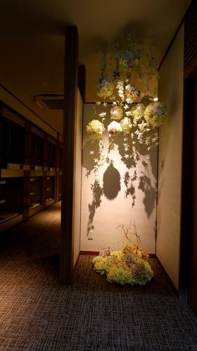【女性客室】優しいカラーに癒される、くつろぎのホワイトフラワーアレンジメント。