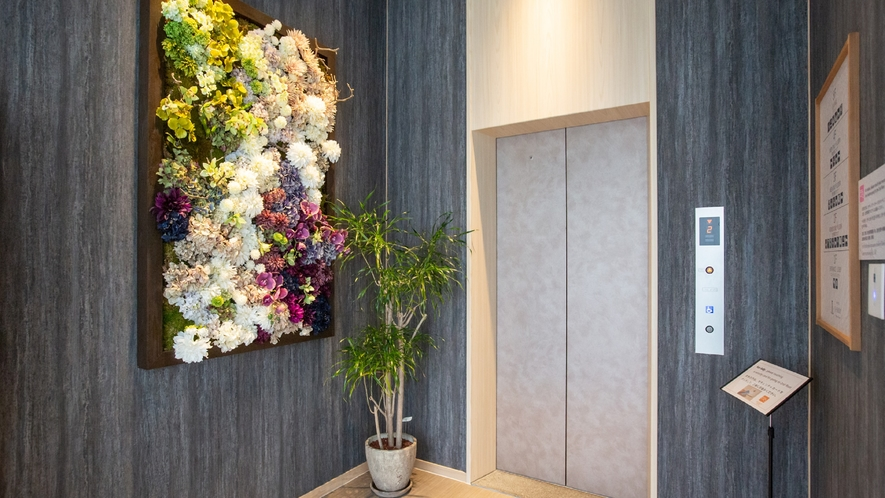 【EVホール】日本の四季をイメージしたフラワーアレンジメント。