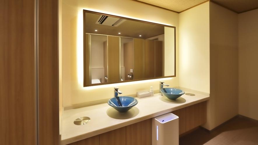 【女性トイレ】群青色の陶製手洗い鉢