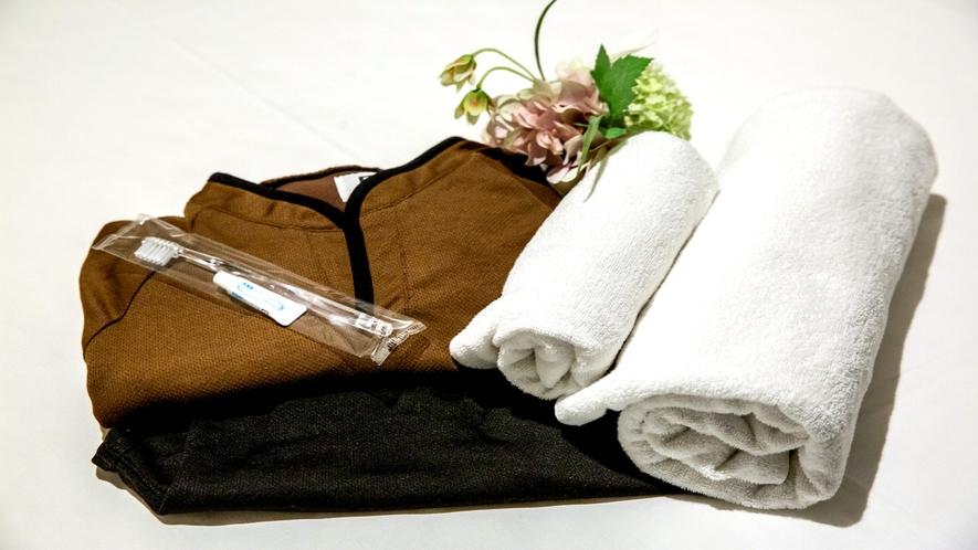 【館内着セット】女性と男性で配色の違う館内着をご用意しています。