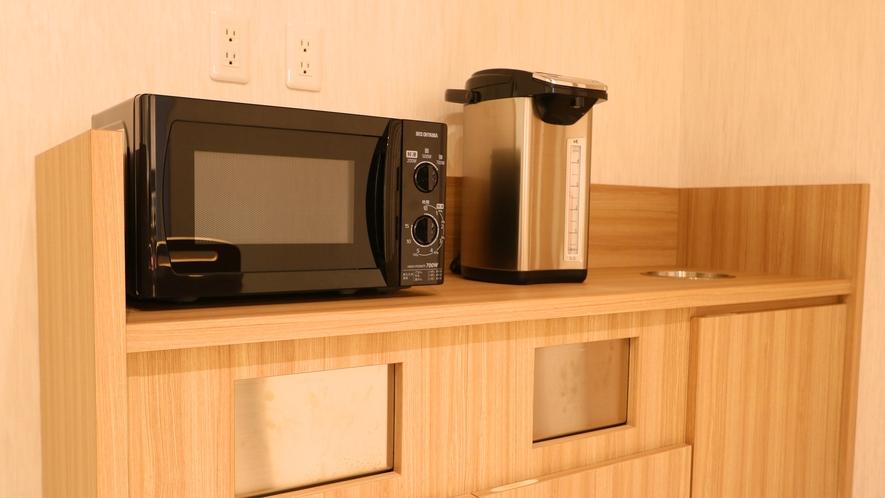 【ラウンジ】電子レンジと電気ポットです。ラウンジは飲食品の持ち込み可能です。