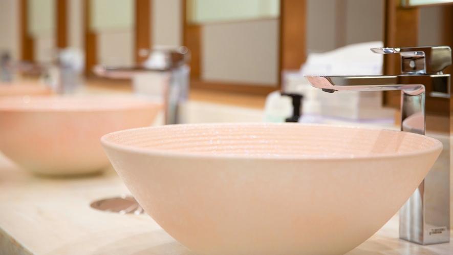【パウダールーム】芸術的で桜色の陶製手洗い鉢、和の温もりと高級感でお客様をおもてなし。