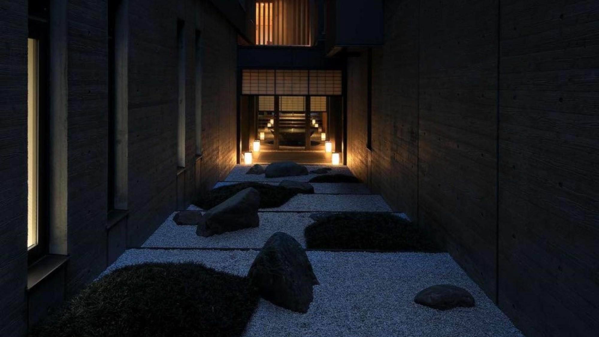 夜の中庭・ライトが映える幻想的な空間