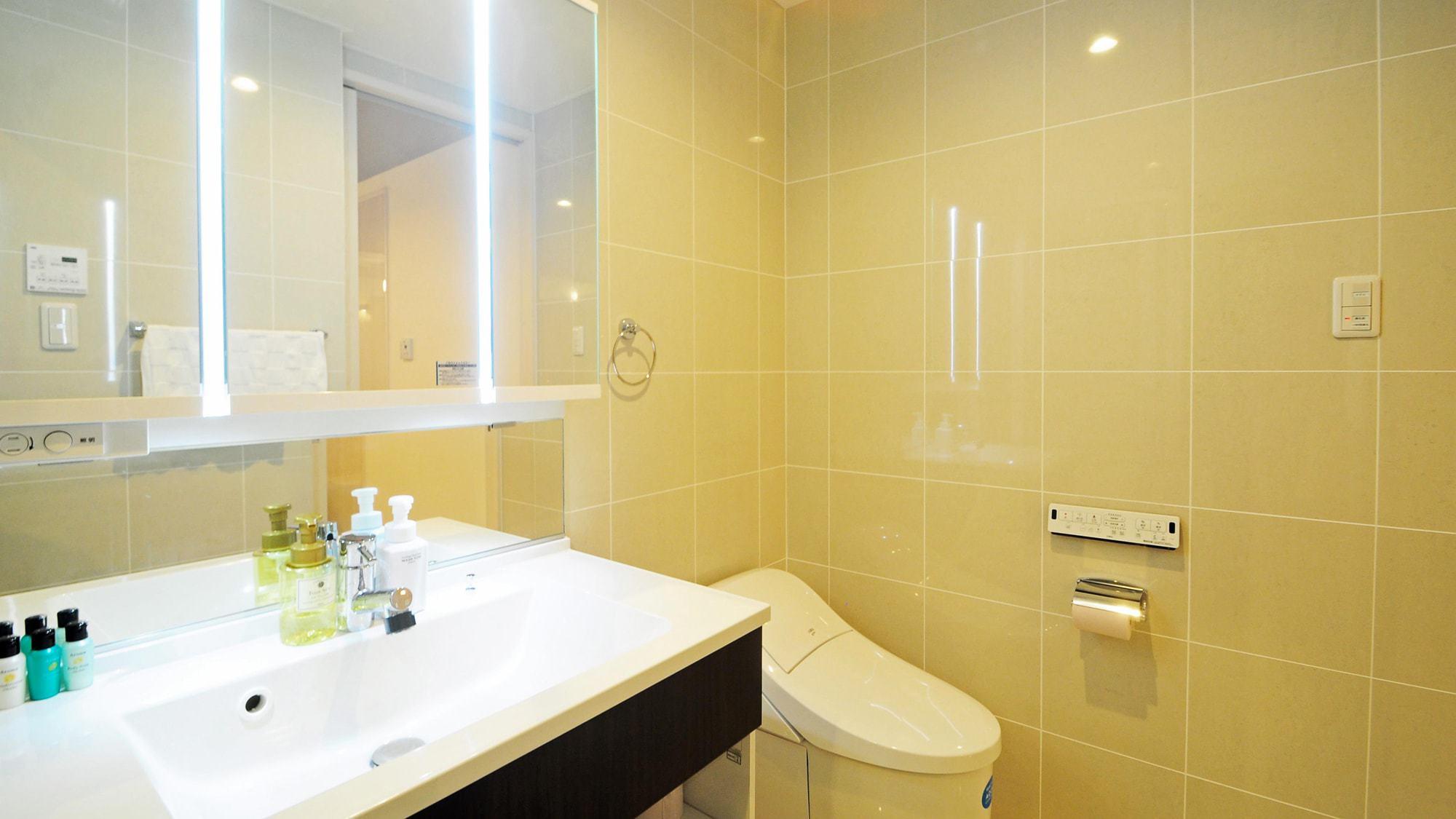 【客室スイート】洗面台・トイレ