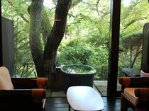 自然に包まれた客室露天風呂