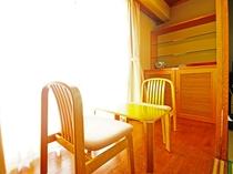 【別館和室フォース】板の間にテーブルセットがございます。