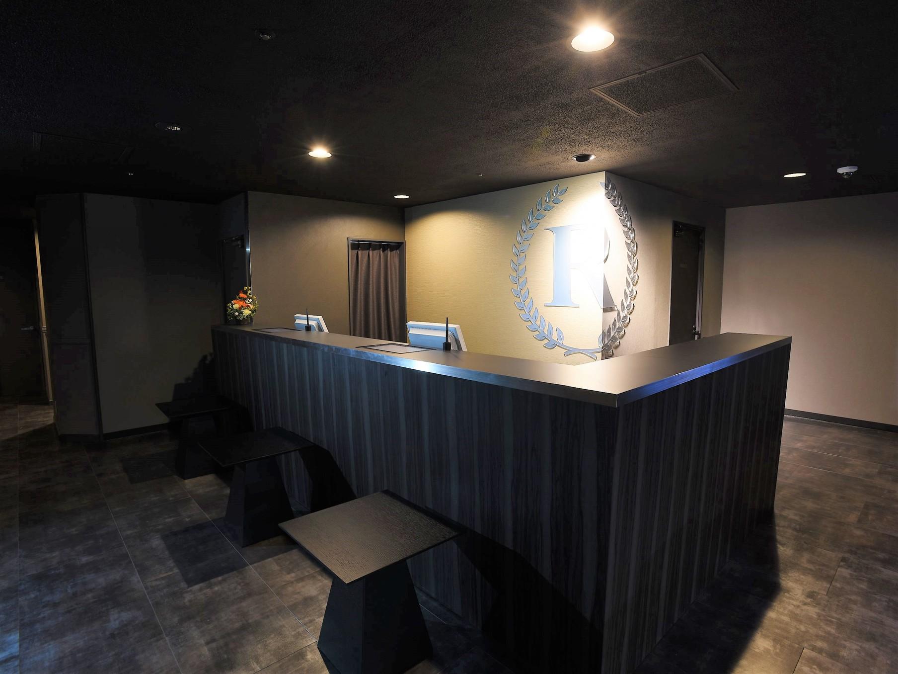 シックな雰囲気のフロントでお客様をお待ちしております?