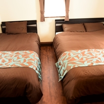 【TURTLE】トレーラーハウス|ダブルベッドとシングルベッドの寝室。