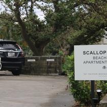 【Scallop】駐車場入り口(最大7台収容 駐車無料)