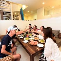 広々リビングでご家族や仲間とワイワイお食事も楽しめます。