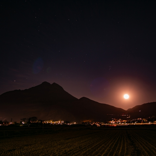 月の出と由布岳