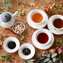 ラウンジ/昼は数種類の茶葉が揃う「うれしの茶・紅茶」でリラックス。