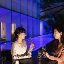 屋外プール/プールサイドでお酒や食事を楽しめます