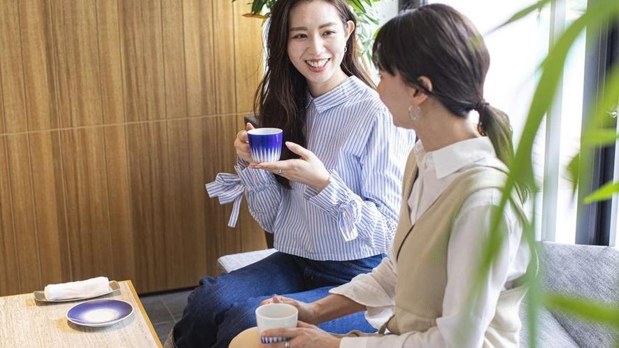 チェックイン/ウェルカムドリンクには有田焼のカップで「嬉野紅茶」を