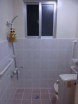 一階側のトイレとシャワー室