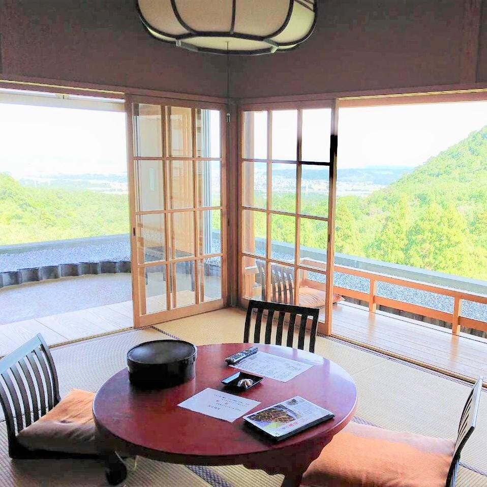 ◆405号室。雄大な景色をご堪能いただける大パノラマビューの特別和室。