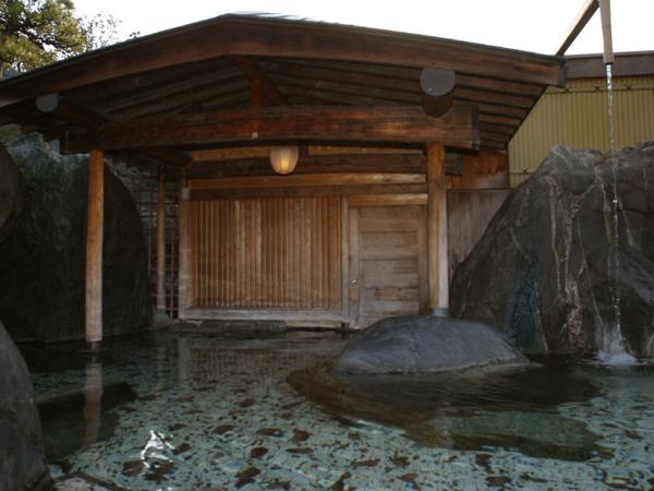 情緒あふれる日本庭園を眺める大露天風呂