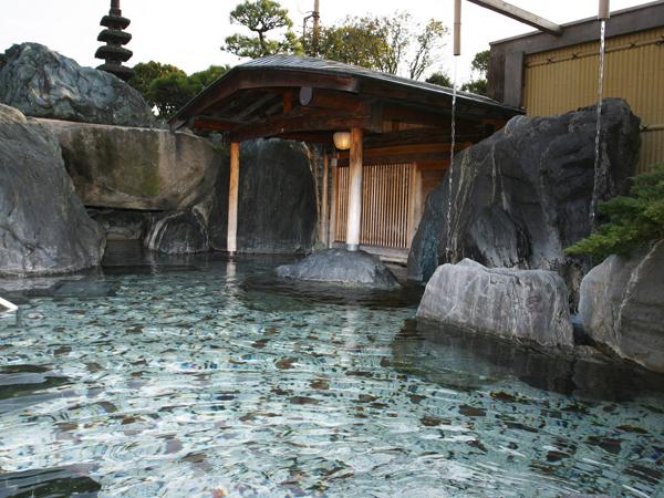 大浴場から露天風呂へ、庭園からのそよ風が心地よい湯浴みを