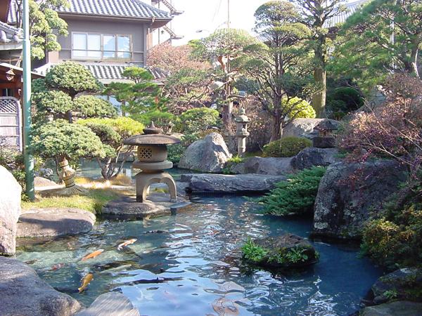 全国各地から集めた巨岩・奇岩・銘石と、現代造園の粋を凝らして創り上げた壮観な日本庭園